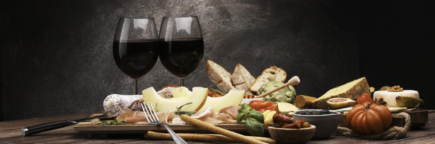 Rotwein und Vorspeisenplatte