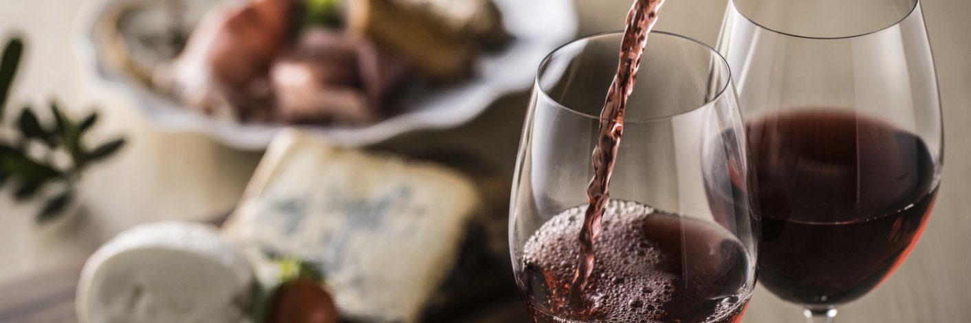 Rotwein und Käse im mediterraner Kombination